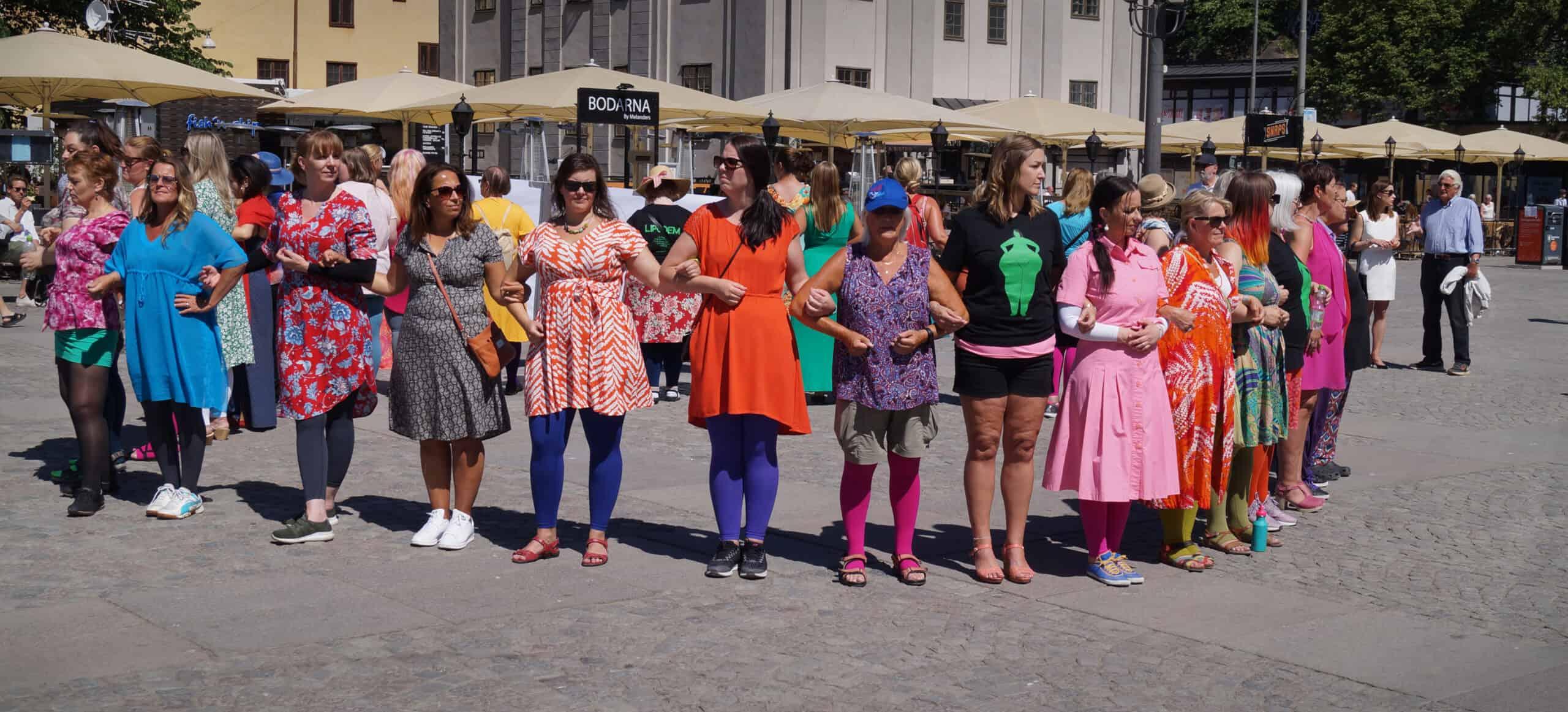 """Jenny Borg, ordförande SÖF Stockholm, i ring tillsammans med övriga demonstranter under Lipödemdemonstrationen 2018. Demonstrationen gick under parollen """"Mera färg och mindre skam"""" när man lever med lipödem."""
